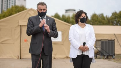 El Departamento de Defensa de Estados Unidos donó los tres hospitales de campaña a la Argentina el pasado 9 de abril. Los ministros Agustín Rossi y Carla Vizzotti  fueron los encargados de recibirlos (Adrián Escandar)