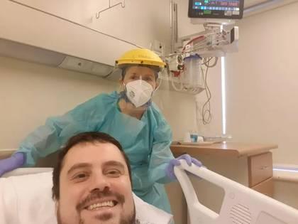 El doctor Andrés Meza, luego de su recuperación por tratamiento de plasma.