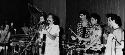 """Una foto histórica, durante un show de """"Fontova y sus Sobrinos"""" en Obras, en 1985, junto a Charly García, Fito Páez y Andrés Calamaro, entre otros"""
