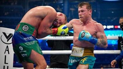 """Con brutal castigo: """"Canelo"""" Álvarez venció a Saunders y se adjudicó el título de la OMB por nocaut"""