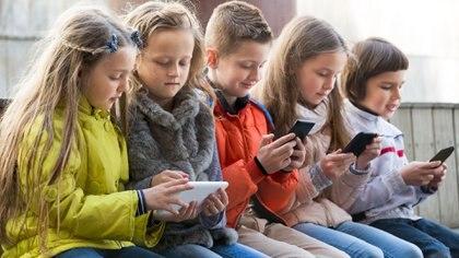Menos tiempo de pantallas, más distancia entre la cara y el dispositivo, anteojos o filtros de luz azul y descansos son algunos de los consejos comunes para evitar el progreso de la miopía en la infancia.