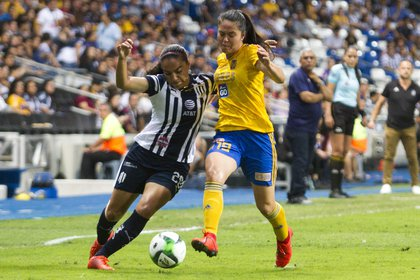 Vanessa López del equipo de las Rayadas del Monterrey, se disputa el balón con Blanca Solís del equipo de Tigres Femenil, en el estadio BBVA Bancomer, en el partido de la final de la Liga MX Femenil, Clausura 2019 (Foto: Cuartoscuro)