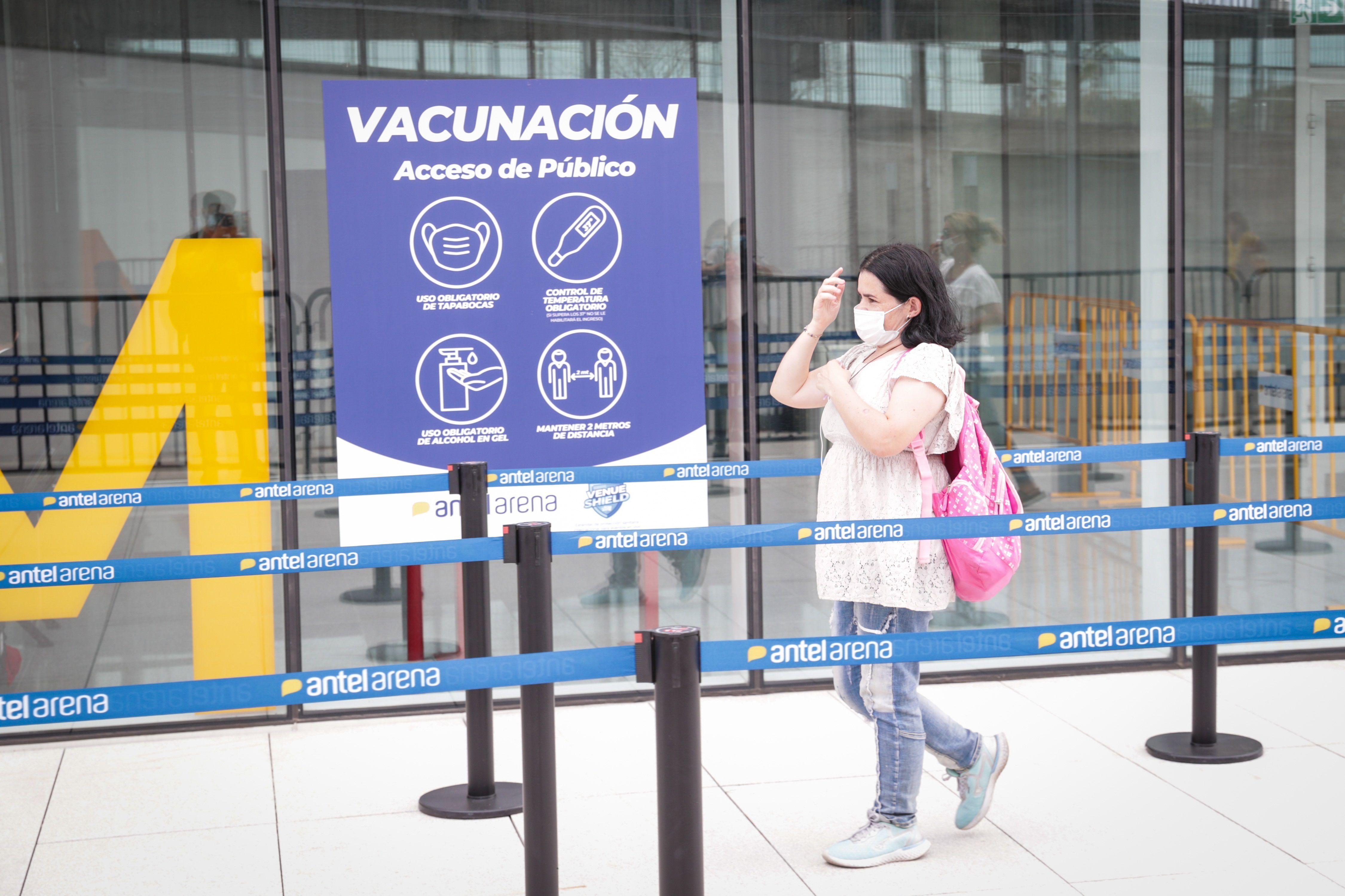 Una mujer acude a un centro de vacunación en Montevideo (EFE/ Federico Anfitti/Archivo)