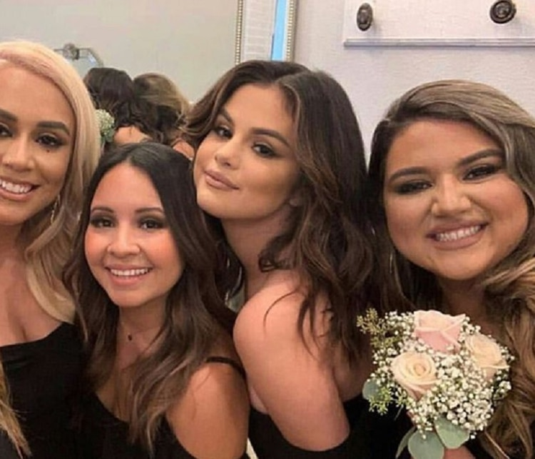 Selena Gomez en una foto con el resto de damas de honor del enlace (Foto: Instagram @selesbian)