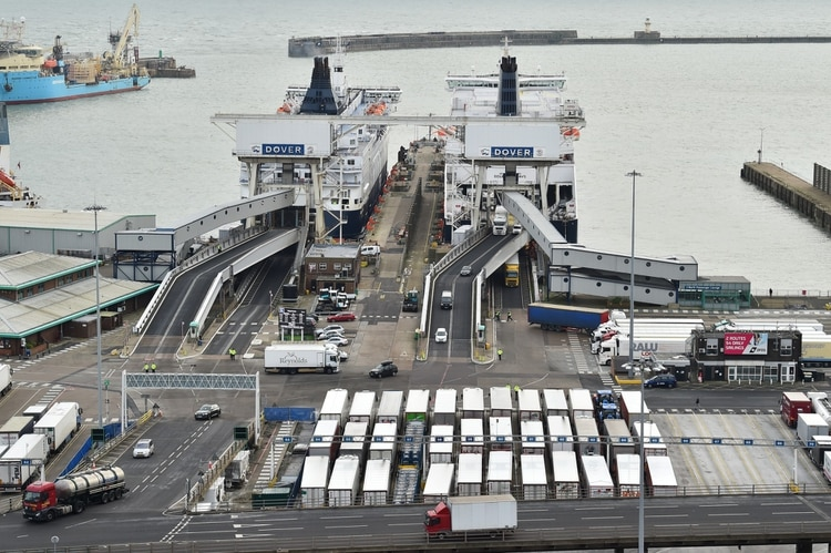 """Camiones esperan para subir a los ferries en el puerto de Dover, durante un simulacro de """"Brexit"""" realizado en enero (Glyn KIRK / AFP)"""
