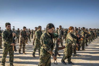 Combatientes kurdos con las Fuerzas Democráticas Sirias respaldadas por Estados Unidos en Hukumnya, Siria. (Ivor Prickett/The New York Times)