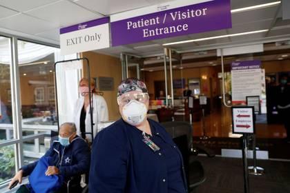 Foto de la enfermera Meghan Lindsey posando en la entrada del NYU Winthrop Hospital, donde trabaja en medio de la pandemia de coronavirus. May 14, 2020. REUTERS/Shannon Stapleton