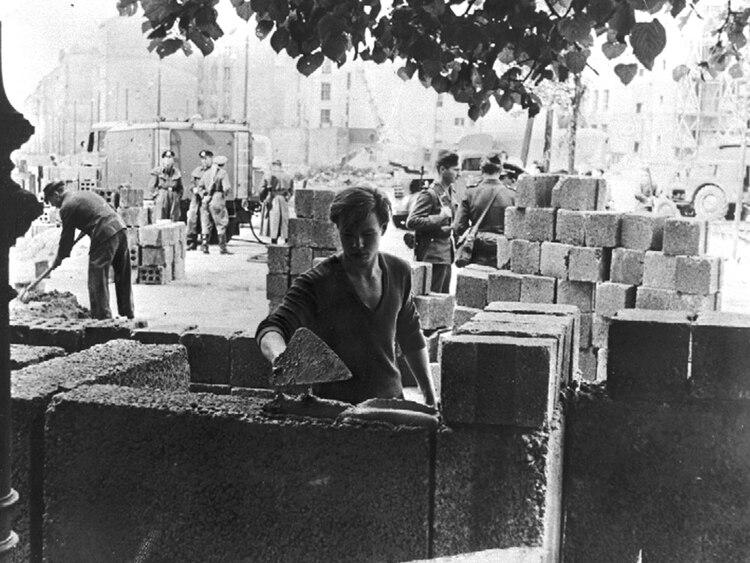 El comienzo de la construcción del muro, en 1961 (AP)