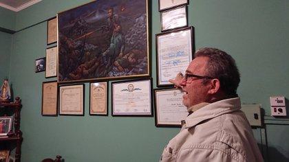 La casa de Roberto en Corrientes emociona: en cada rincón hay un recuerdo de la guerra. Es casi un museo de Malvinas