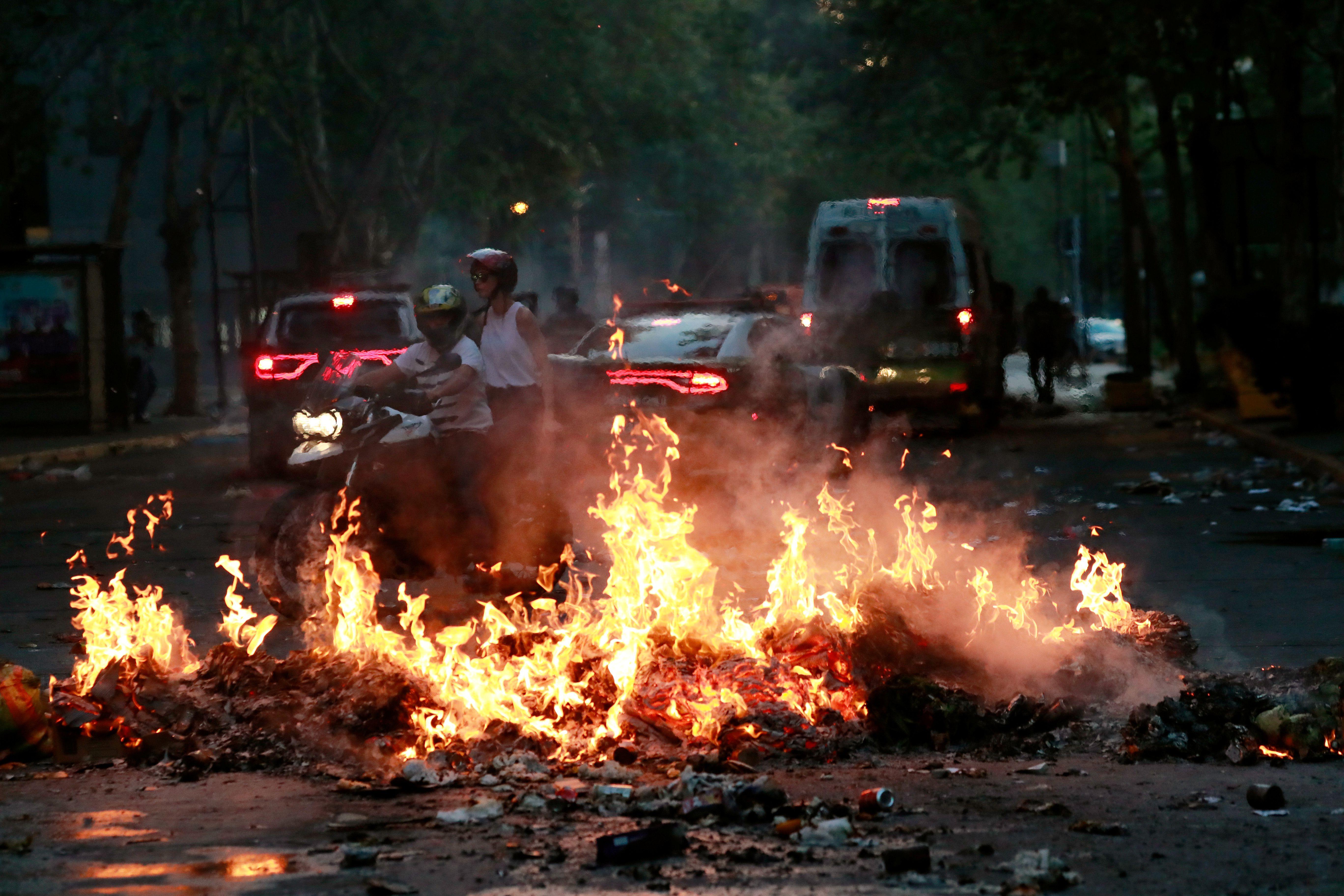 Una barricada en llamas bloquea una carretera en Providencia, el 7 de noviembre de 2019 (REUTERS/Henry Romero)