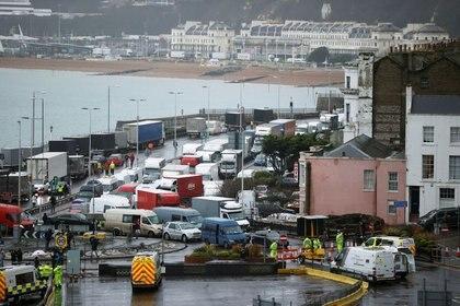 Vehículos hacen cola en el acceso al puerto de Dover, Reino Unido, el 23 de diciembre de 2020. REUTERS/John Sibley