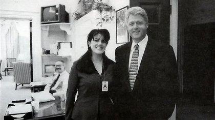 Bill Clinton, presidente entre 1993 y 2001, en una foto con la pasante de la Casa Blanca Monica Lewinsky, con la que mantuvo un affaire. Por negar falsamente haber tenido relaciones sexuales con ella debió pasar por un impeachment que terminó con su absolución (AP)