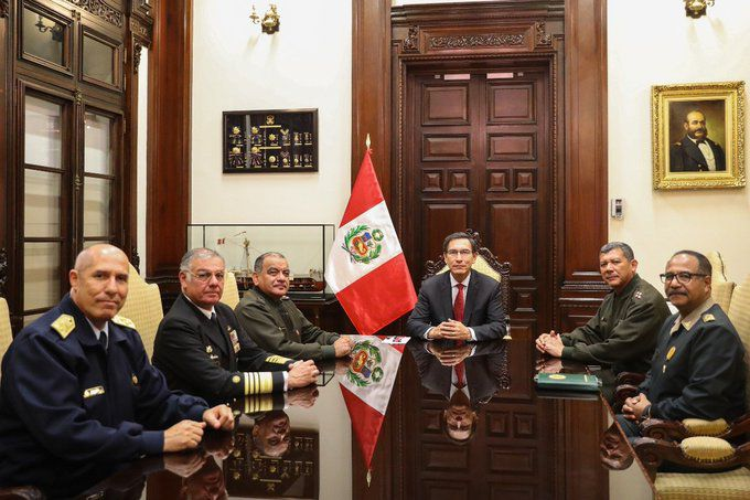 Los altos jefes militares posan con el presidente Martín Vizcarra sentados en su despacho presidencial (Foto: Twitter Presidencia Perú)