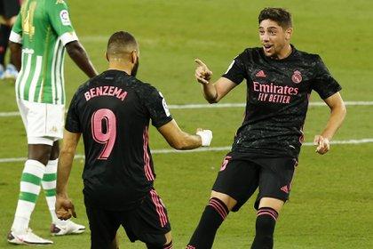 Federico Valverde celebra su gol con Karim Benzema en el arranque del primer tiempo (REUTERS)