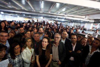 Alejandra Otero, hija del dueño de El Nacional y un importante grupo de reconocidos periodistas venezolanos en la sala de redacción del periódico, el día de su última publicación impresa en 2018