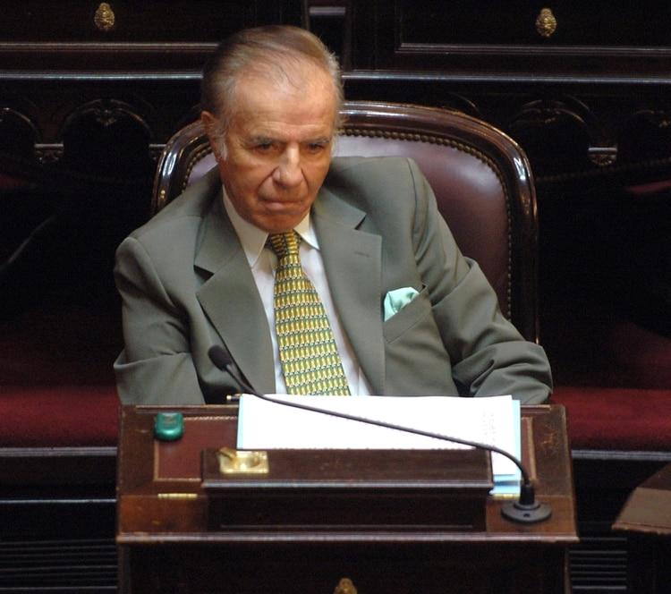 zzzznacp2 NOTICIAS ARGENTINAS BAIRES, FEBRERO 25:(FOTOGRAFIA DE ARCHIVO) El Senador Carlos Menem, en su banca en el Senado de la Nacion .FOTO NA:DAMIAN DOPACIO zzzz