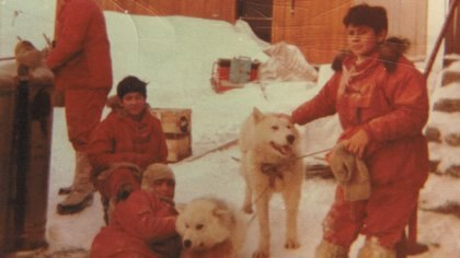 """""""En la Antártida, es fundamental estar ocupado y mi tarea era cuidar los perros polares argentinos que estaban en la base"""", dice la mujer. Foto: Gentileza María Elena Corro."""
