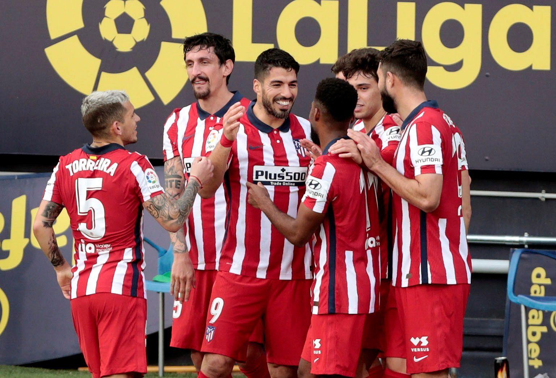 Los jugadores del Atlético de Madrid, celebran el gol del delantero uruguayo del Luis Suárez (c) contra el Cádiz CF, durante el partido de LaLiga Santander de la jornada 21 disputado en el estadio Ramón de Carranza.- EFE/Román Ríos.