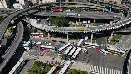 Choferes de micros de larga distancia protestan en distintos puntos del país contra las nuevas restricciones (Thomas Khazki)