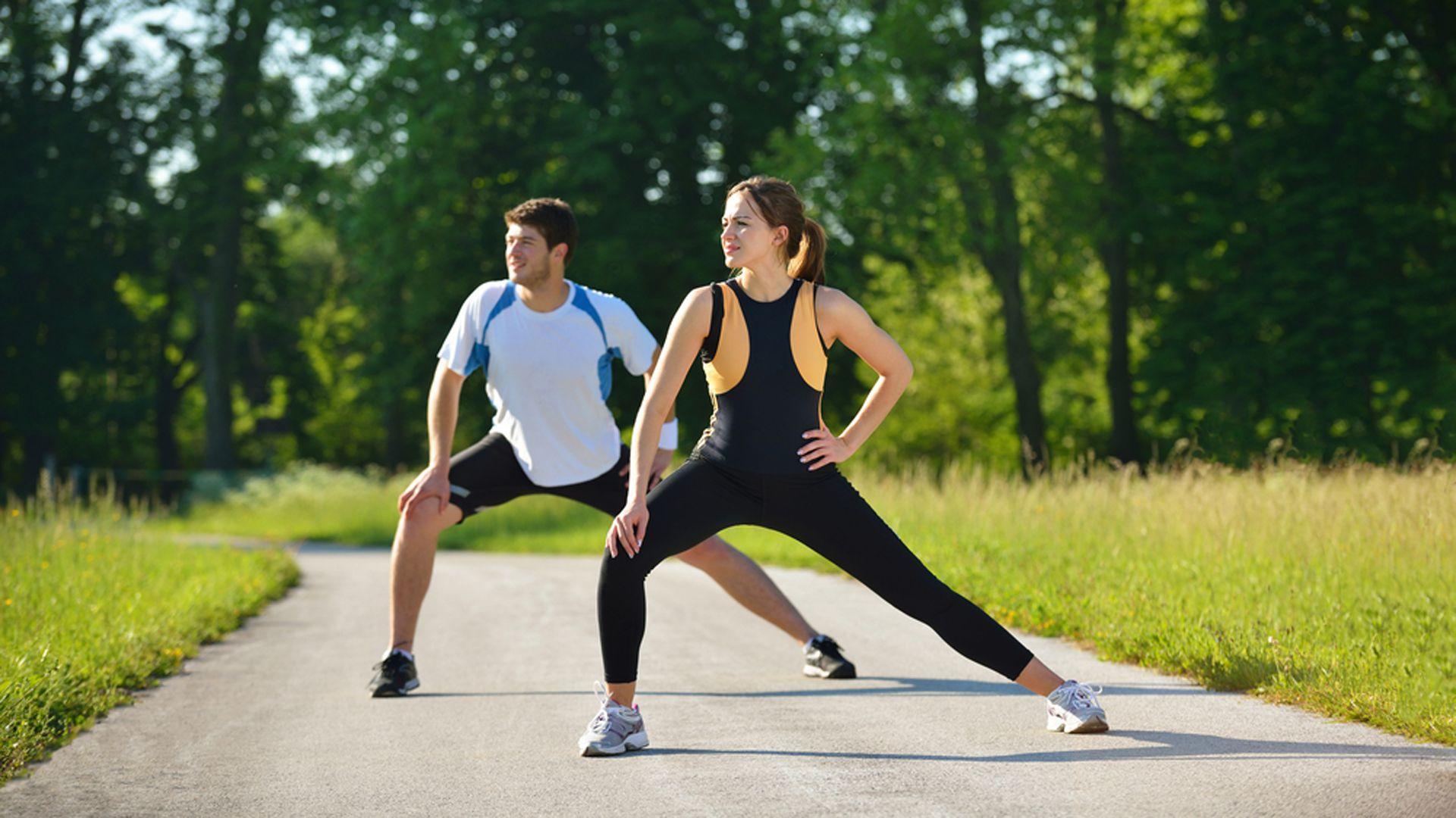 Estirar antes y después de correr, fundamental para evitar lesiones (Shutterstock)
