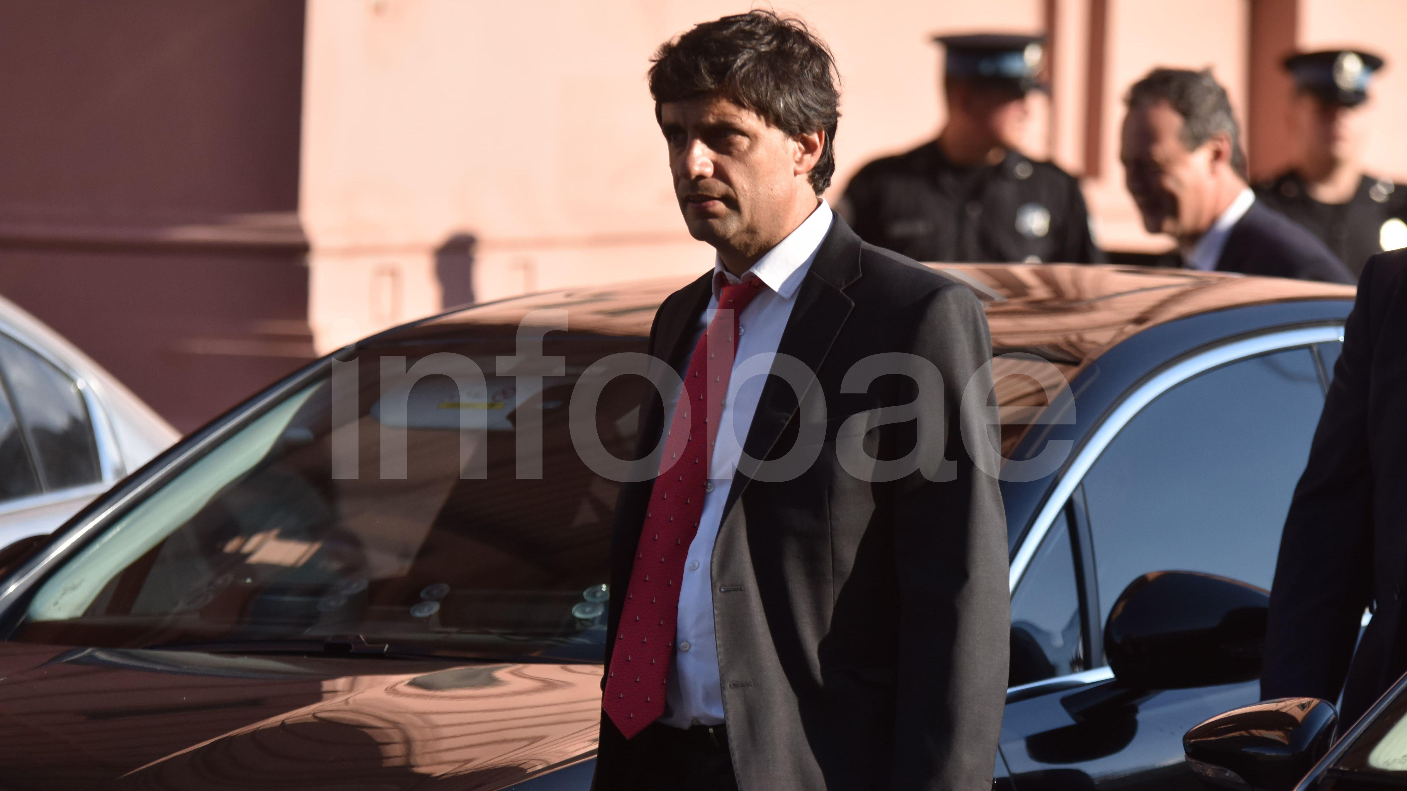 """El ministro de Hacienda, Hernán Lacunza, se reunió con su sucesor Martín Guzmán. """"Fue un encuentro valioso. Tuvimos un diálogo abierto del tipo que necesitamos para unir a la Argentina y ponerla de pie"""", dijo Guzmán al término del encuentro"""