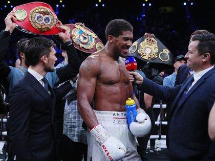 Anthony Joshua recuperó los cinturones de los pesos pesados de la IBF, WBA, WBO y IBO al vencer a Andy Ruis por decisión unánime (Reuters)