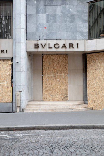 Bvlgari tapeó todas las ventanas de vidrio y las puertas para impedir las roturas y saqueos