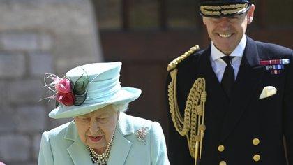 La Reina Isabel II junto a Tony Johnstone-Burt, propietario de la medalla que fue robada en el Palacio de Buckingham y Master of the Household del Palacio de Buckingham (Foto: Grosby Group)