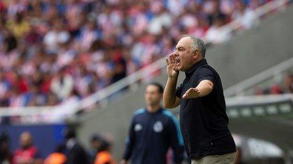 Guillermo Vázquez, entrenador del San Luis, da indicaciones a sus jugadores. EFE/Archivo
