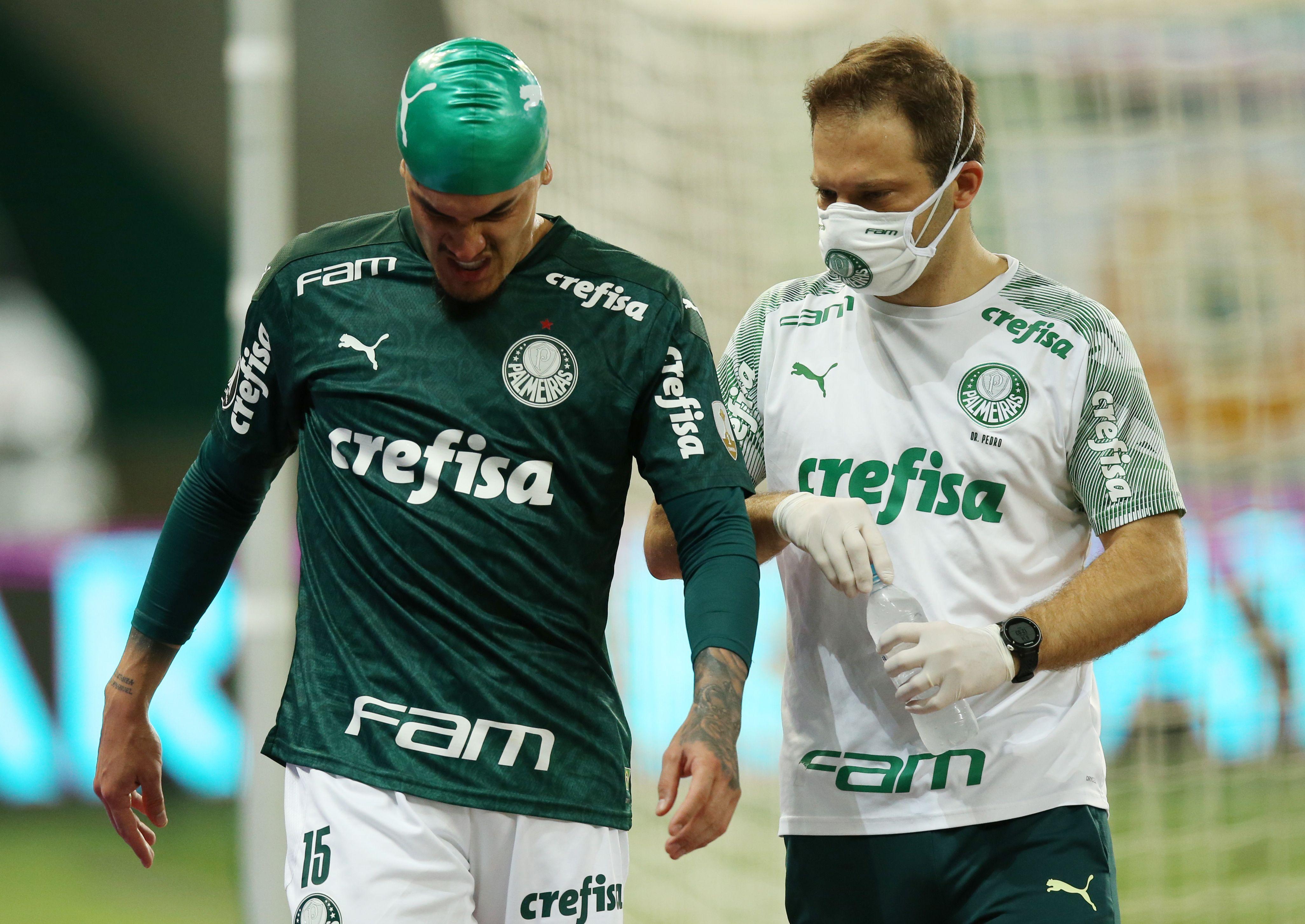 Actualmente, los futbolistas que sufren conmociones durante un partido son atendidos de inmediato pero vuelven a saltar al campo de juego (Reuters)