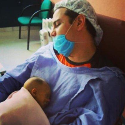 Paulo Lauría con la pequeña Sophia en aquellos duros momentos (Foto: Facebook Paulo Lauría)
