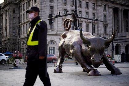El coronavirus está haciendo estragos en los mercados financieros y bursátiles, además de tener impactos fuertemente negativos en la economía real mundial en su conjunto (Reuters)
