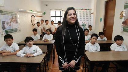La joven da clases en un centro para niños superdotados