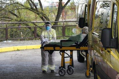 Traslado de un paciente en Leganés, cerca a Madrid, la región más afectada del país (Reuters)