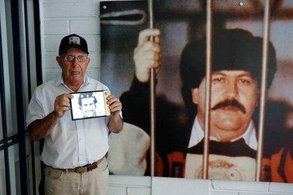 """Roberto Escobar, hermano de Pablo Escobar, sosteniendo el primer celular que sacó su compañía Escobar Inc. llamado """"Fold 1"""". REUTERS/David Estrada REFILE - CORRECTING ID"""