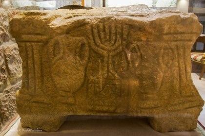 Detalle de la Menorá (candelabro ritual judío de siete velas), tallada en la piedra de Magdala