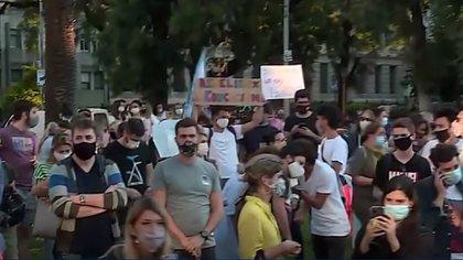 Protestas en la ciudad de Buenos Aires para exigir que no cierren las escuelas: padres y alumnos se concentran frente al Ministerio de Educación