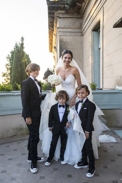 Pampita junto a sus tres hijos