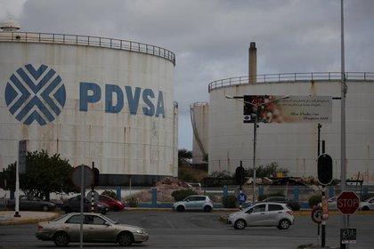 El logo de la estatal venezolana PDVSA se ve en tanques de almacenamiento en la refinería Willemstad en Curazao. Abril 22, 2018. REUTERS/Andres Martinez Casares