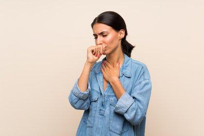 Evitar viajar si la persona tiene fiebre o tos (Shutterstock)