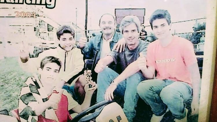 Marcos Spedale junto a su papá Héctor (a su izquierda) y un grupo de amigos