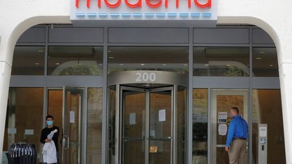 FILE PHOTO: A sign marks the headquarters of Moderna Therapeutics, which is developing a vaccine against the coronavirus disease (COVID-19), in Cambridge, Massachusetts, U.S., May 18, 2020.   REUTERS/Brian Snyder/File Photo