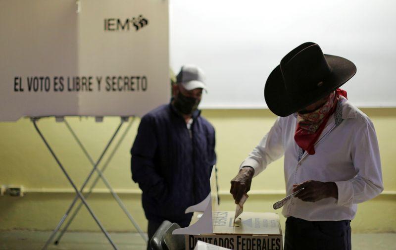 Un hombre emite su voto en un colegio electoral durante los comicios de mitad de período en Morelia, México. 6 de junio de 2021. REUTERS / Alan Ortega