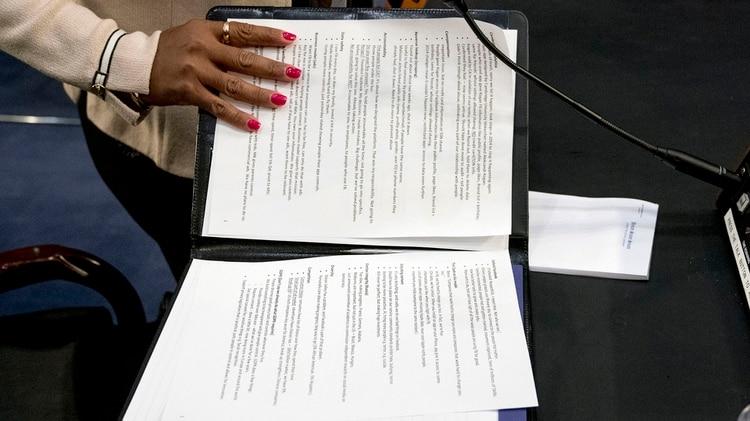 Las anotaciones del cuaderno que llevó Zuckerberg a la audiencia que tuvo en el Congreso de Estados Unidos(AP Photo/Andrew Harnik)