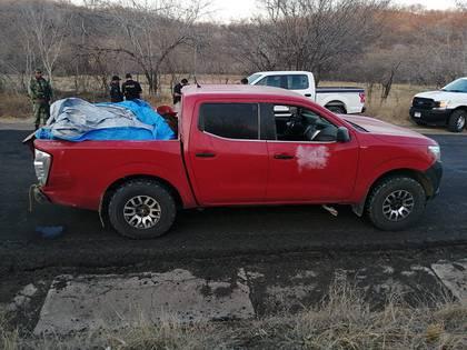 Fotografía de una camioneta donde fueron encontrados doce cadáveres, este sábado, en Huetamo, estado de Michoacán (México). EFE/ Str