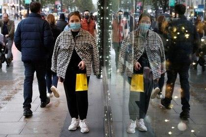 Una mujer pasa enfrente de una tienda de Oxford Street en Londres después de que el Gobierno anunció nuevas restricciones para contener la epidemia de coronavirus. November 1, 2020. REUTERS/Peter Nicholls
