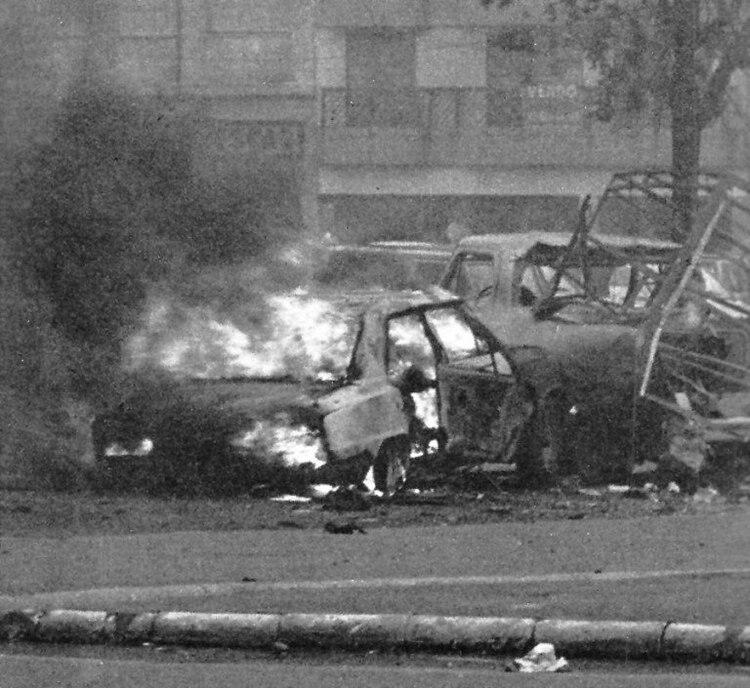 El Torino de Soldati y la camioneta Ford, incendiados en el lugar del atentado