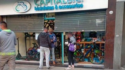Detuvieron a un delincuente armado que ingresó a robar a una bicicletería de Caballito y baleó a uno de los dueños