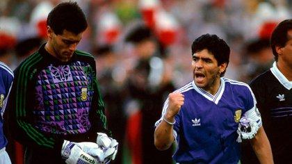 Diego arengando a Goycochea en una de las tandas de penales del Mundial de 1990