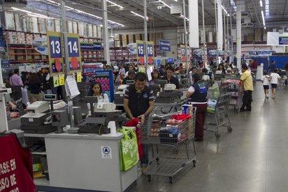 Walmart sólo paga la transmisión y distribución a la CFE, no la generación de energía (Foto: Cuartoscuro)